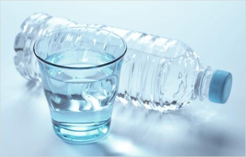お茶や飲料水のなどの水分補給のイメージ