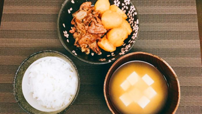 白米、牛肉じゃが風、とうふの味噌汁