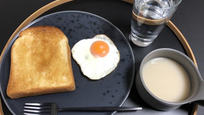 洋食(トースト+ハチミツ、目玉焼き、じゃがいものポタージュ)