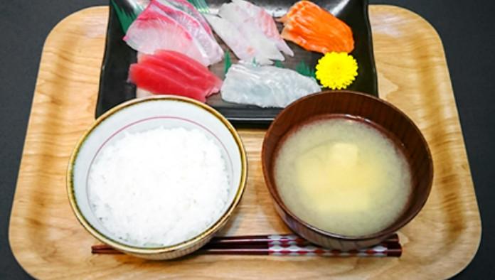白米、白身魚、マグロ赤身のお刺身、とうふの味噌汁