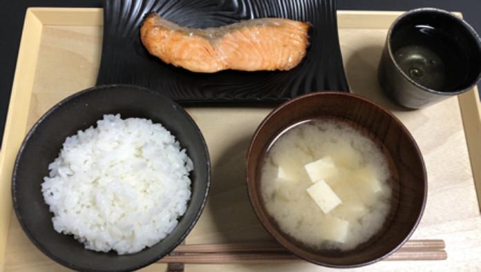 和食(白米、とうふの味噌汁、鮭の塩焼き)