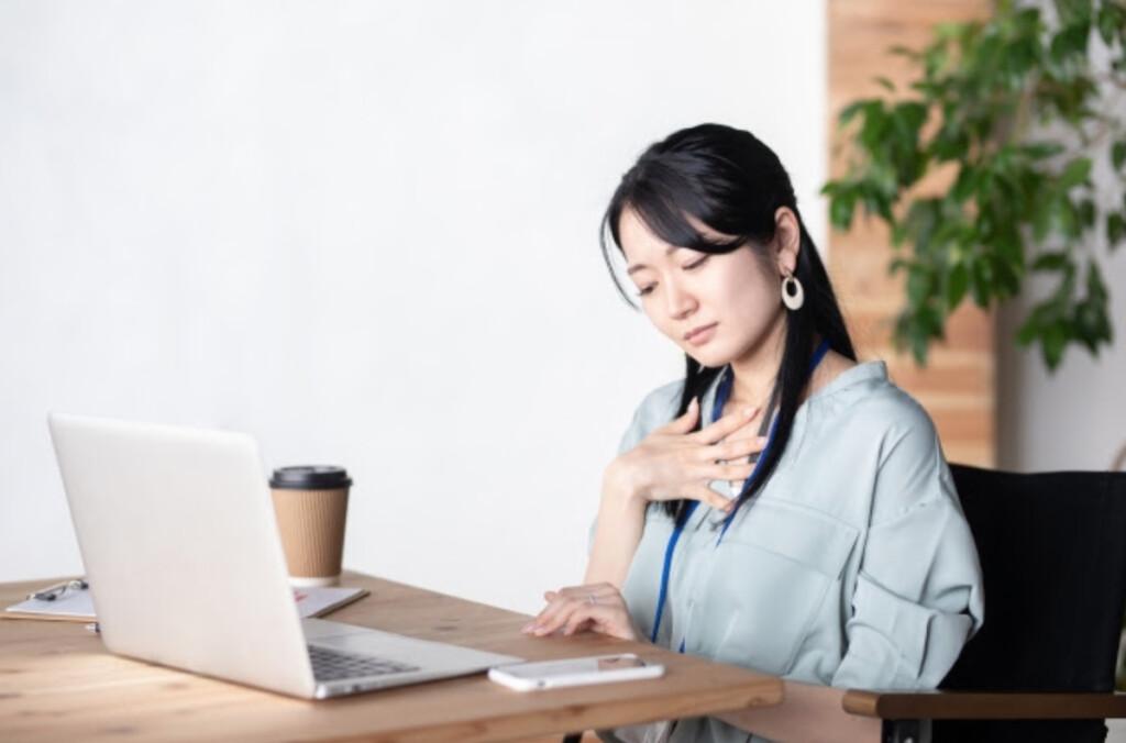 喉の違和感を感じる女性